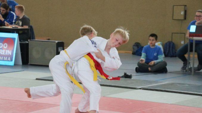 Foto: Moritz Krebs (roter Zusatzgürtel) beim Ansetzen seiner Technik zum Kampfgewinn.