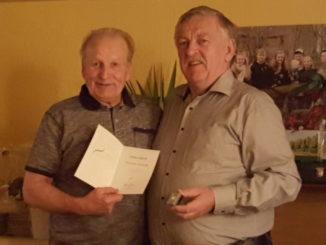 Foto: Jochen Tröger (r.) gratuliert Christian Sonntag (l.), privat