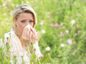 Im Frühling zieht es uns nach draußen. Aber auf Pollenallergiker warten dort oft Beschwerden wie Niesreiz und Augenjucken. Foto: djd/Allvent/absolutimages - stock.adobe.com