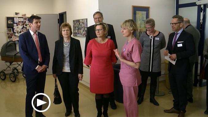 Barbara Klepsch(Mitte) bei ihrem Besuch der Geburtenstation in Grimmaer Krankenhaus