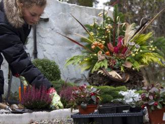 An den stillen Gedenktagen im Trauermonat November besuchen viele Menschen den Friedhof und schmücken die Gräber verstorbener Angehöriger mit frischen Blumen. Foto: djd/LV 1871/thx