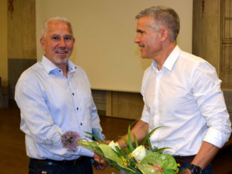 Oberbürgermeister Matthias Berger (r.) gratuliert Dirk Elstermann (l.) /Stadt Grimma