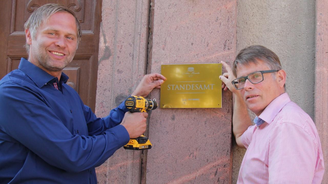 Sichtbares Zeichen: Schlossbesitzer Rico Schück (li.) und Bürgermeister Arno Jesse mit dem neuen Standesamts-Schild.