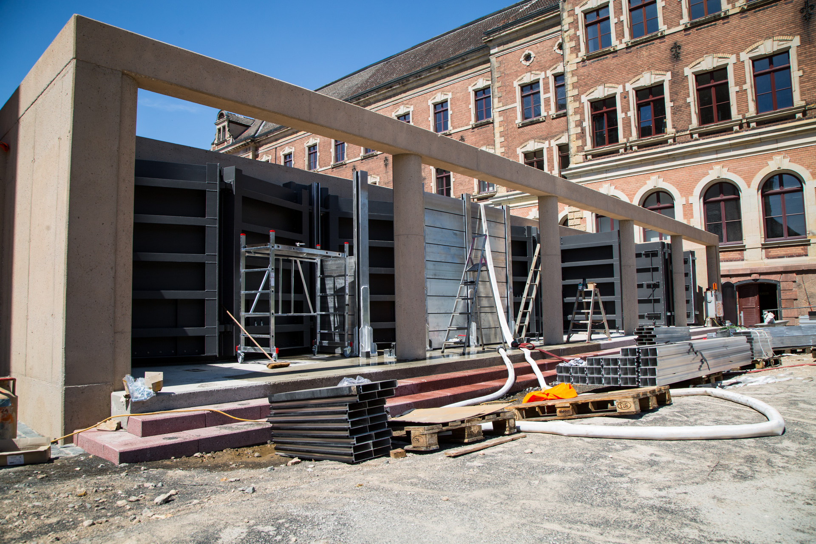 """Archivbild: Bauarbeiten an der """"Pergola"""" zwischen Klosterkirche und St. Augustin."""