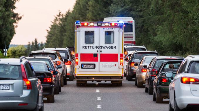 Bildung einer Rettungsgasse bei einem Verkehrsunfall auf einer Landstraße, Rettungswagen und Einsatzfahrzeug des DRK fahren auf der Rettungsgasse zum Unfallort - 2018, Foto: Jörg F. Müller / DRK