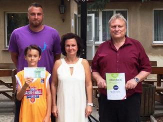 Foto (v.l.): Herr Schiener (Sportlehrer und Basketballcamp-Leiter), Isajah Schwentek (Schüler), Frau Bellmann (Botschafterin der Town & Country Stiftung) und Herr Liepe (Schulsozialarbeiter der OS Böhlen)