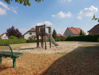Foto: Auf dem Spielplatz in der Großbardauer Teichsiedlung blitzt lediglich eine kleine Rutsche einsam in der Sonne. Für eine Schaukel, ein Wipptier, eine Tischtennisplatte und eine Wippe wäre sicher noch Platz. Stadt Grimma