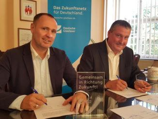 Gemeinsam in Richtung Zukunft: Michael Kölling, Regional Manager Deutsche Glasfaser und Stefan Müller, Bürgermeister der Stadt Trebsen bei der Unterzeichnung des Kooperationsvertrages.
