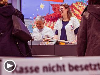 Grimmas Oberbürgermeister an der dm-Kasse und um keinen flotten Spruch verlegen. An seiner Seite Filialleiterin Linda Klinkenberg