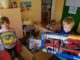 Foto: Joel und Pia freuen sich über die neuen Spiele © Montessori Kinderhaus Sonnenschein Grimma